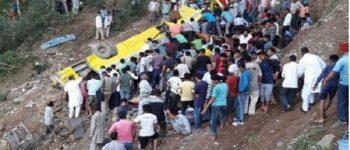 سقوط اتوبوس به درّهای در هند جان ۳۰ نفر را گرفت